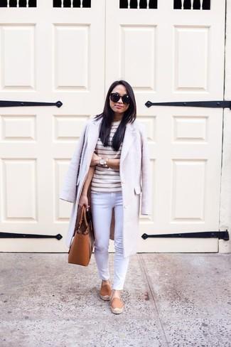Cómo combinar: abrigo en beige, camiseta con cuello circular de rayas horizontales en beige, vaqueros pitillo blancos, alpargatas en tabaco