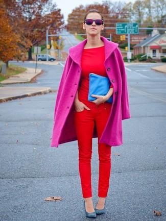 Cómo combinar: abrigo rosa, camiseta con cuello circular roja, vaqueros pitillo rojos, zapatos de tacón de cuero azules