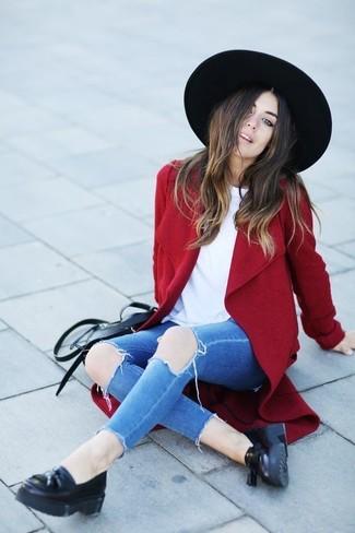 Cómo combinar: abrigo rojo, camiseta con cuello circular blanca, vaqueros pitillo desgastados azules, mocasín con borlas de cuero negro