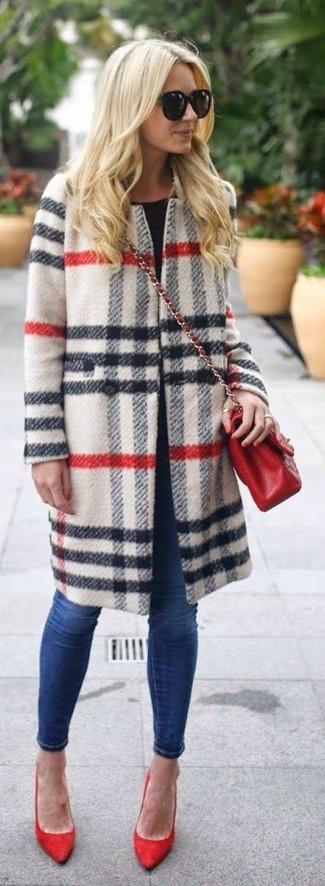 Cómo combinar: abrigo de tartán blanco, camiseta con cuello circular negra, vaqueros pitillo azul marino, zapatos de tacón de ante rojos