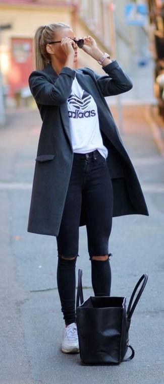 Este combo de un abrigo gris oscuro de Oscar de la Renta y unos vaqueros pitillo desgastados negros te permitirá mantener un estilo cuando no estés trabajando limpio y simple. Tenis blancos añadirán un nuevo toque a un estilo que de lo contrario es clásico.