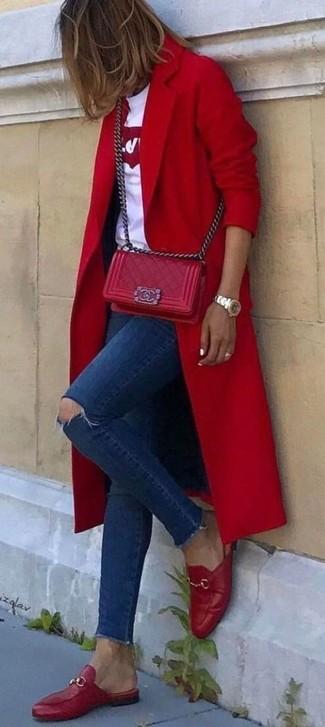 Cómo combinar: abrigo rojo, camiseta con cuello circular estampada en blanco y rojo, vaqueros pitillo desgastados azul marino, mocasín de cuero rojos