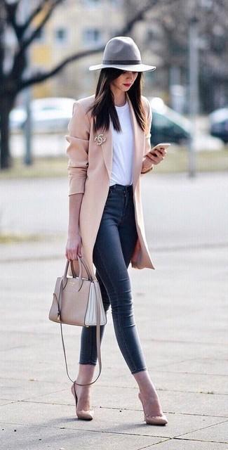Cómo combinar: abrigo rosado, camiseta con cuello circular blanca, vaqueros pitillo azul marino, zapatos de tacón de cuero en beige