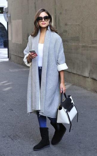 Cómo combinar: abrigo gris, camiseta con cuello circular blanca, vaqueros pitillo azules, botas ugg negras