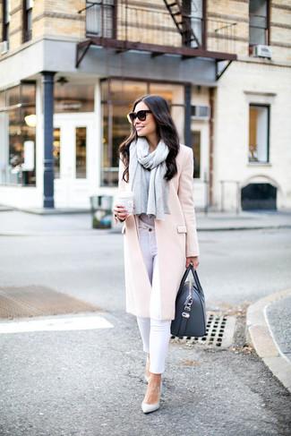 Cómo combinar: abrigo rosado, camiseta con cuello circular gris, vaqueros pitillo blancos, zapatos de tacón de cuero blancos