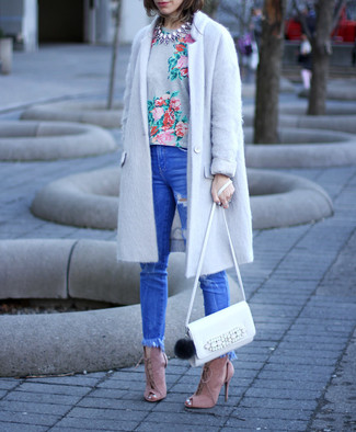 Cómo combinar: abrigo gris, camiseta con cuello circular con print de flores gris, vaqueros pitillo desgastados azules, sandalias de tacón de ante rosadas