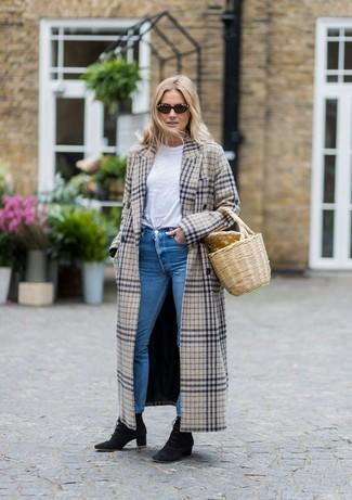 Cómo combinar: abrigo de tartán en beige, camiseta con cuello circular blanca, vaqueros pitillo azules, botines con cordones de ante negros