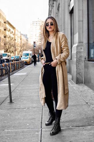 Cómo combinar: abrigo de forro polar marrón claro, camiseta con cuello circular negra, vaqueros pitillo negros, botas planas con cordones de cuero negras