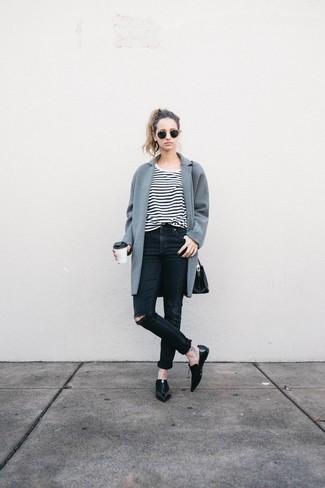Un abrigo gris y unos vaqueros pitillo desgastados negros son prendas que debes tener en tu armario. Este atuendo se complementa perfectamente con mocasín de cuero negros.