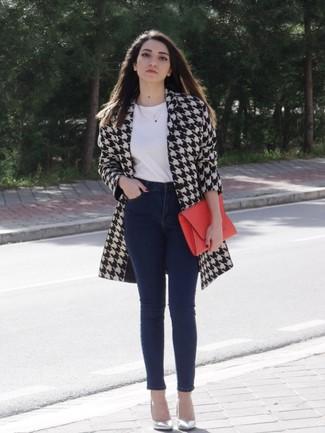 Cómo combinar un abrigo blanco: Los días ocupados exigen un atuendo simple aunque elegante, como un abrigo blanco y unos vaqueros pitillo azul marino. Zapatos de tacón de cuero plateados son una opción inmejorable para complementar tu atuendo.