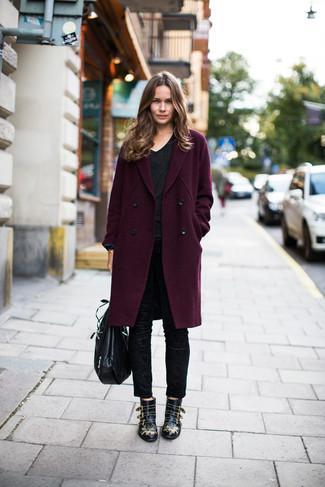 Cómo combinar: abrigo morado oscuro, camiseta con cuello en v negra, pantalones pitillo negros, botines de cuero con tachuelas negros