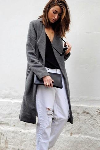 Cómo combinar: abrigo gris, camiseta con cuello en v negra, vaqueros boyfriend desgastados blancos, cartera sobre de cuero negra