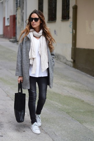 Cómo combinar: abrigo gris, camiseta con cuello en v blanca, vaqueros pitillo negros, tenis de cuero blancos