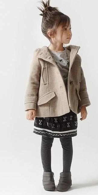 Cómo combinar: abrigo en beige, camiseta de manga larga gris, falda negra, botas grises