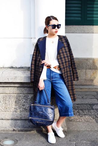 Cómo combinar: abrigo de tartán azul marino, camiseta de manga larga blanca, falda pantalón vaquera azul, tenis blancos