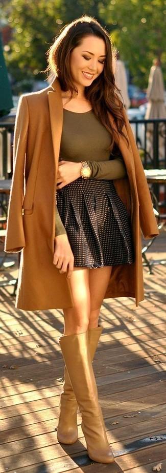 Cómo combinar: abrigo marrón claro, camiseta de manga larga verde oliva, falda skater a cuadros negra, botas de caña alta de cuero marrón claro
