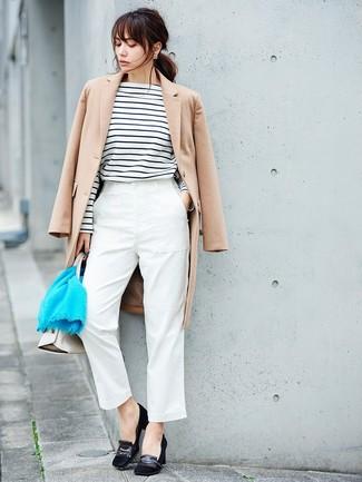 Cómo combinar: abrigo en beige, camiseta de manga larga de rayas horizontales en blanco y negro, pantalón de pinzas blanco, zapatos de tacón de ante negros