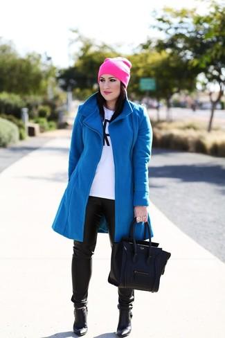 Cómo combinar: abrigo azul, camiseta de manga larga estampada en blanco y negro, pantalones pitillo de cuero negros, botines de cuero negros