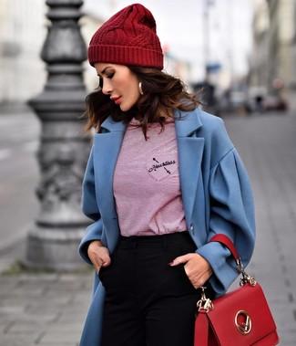 Cómo combinar: abrigo azul, camiseta de manga larga de rayas horizontales roja, pantalones pitillo negros, bolso de hombre de cuero rojo