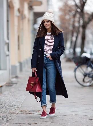 Cómo combinar: abrigo azul marino, camiseta de manga larga de rayas horizontales en blanco y rojo, vaqueros boyfriend azules, tenis rojos