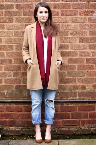 Cómo combinar: abrigo marrón claro, camiseta de manga larga blanca, vaqueros boyfriend desgastados celestes, zapatos de tacón de ante marrónes