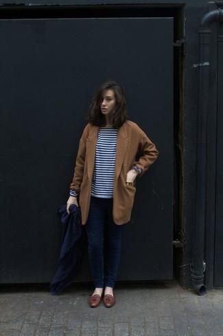Cómo combinar: abrigo en tabaco, camiseta de manga larga de rayas horizontales en azul marino y blanco, vaqueros pitillo azul marino, mocasín con borlas de cuero marrón