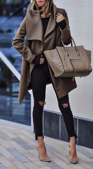 Cómo combinar: abrigo marrón, camiseta de manga larga negra, vaqueros pitillo desgastados negros, zapatos de tacón de ante en beige