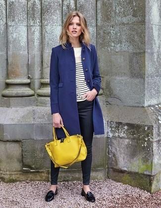 Cómo combinar: abrigo azul marino, camiseta de manga larga de rayas horizontales en blanco y negro, vaqueros pitillo negros, mocasín con borlas de cuero negro