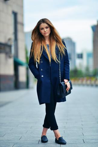 Cómo combinar: abrigo azul marino, camiseta de manga larga azul marino, vaqueros pitillo negros, mocasín de cuero negros