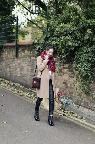 Cómo combinar: abrigo marrón claro, camiseta de manga larga de rayas horizontales en blanco y negro, vaqueros pitillo de cuero negros, botines de cuero negros
