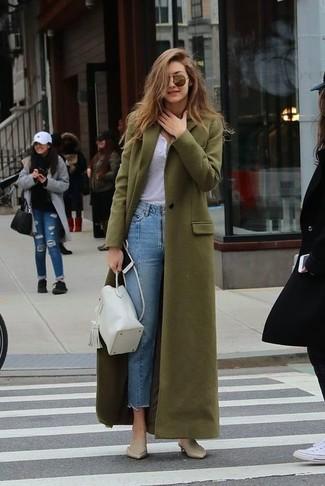 Cómo combinar una mochila con cordón de cuero blanca: Para un atuendo tan cómodo como tu sillón empareja un abrigo verde oliva junto a una mochila con cordón de cuero blanca. ¿Te sientes valiente? Elige un par de chinelas de cuero en beige.