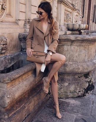 Cómo combinar: abrigo marrón claro, camiseta sin manga en beige, falda lápiz con recorte blanca, sandalias de tacón de ante en beige