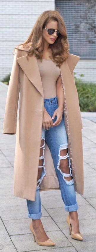 Cómo combinar: abrigo marrón claro, camiseta sin manga marrón claro, vaqueros boyfriend desgastados celestes, zapatos de tacón de cuero marrón claro