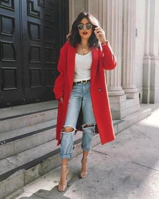Cómo combinar: abrigo rojo, camiseta sin manga blanca, vaqueros boyfriend desgastados celestes, sandalias de tacón de cuero plateadas