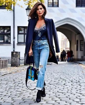 Cómo combinar: abrigo azul marino, camiseta sin manga de seda azul marino, vaqueros boyfriend desgastados celestes, botines de elástico negros