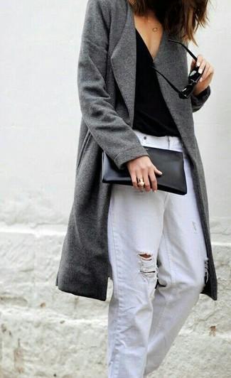 Cómo combinar: abrigo gris, camiseta sin manga negra, vaqueros boyfriend desgastados blancos, cartera sobre de cuero negra