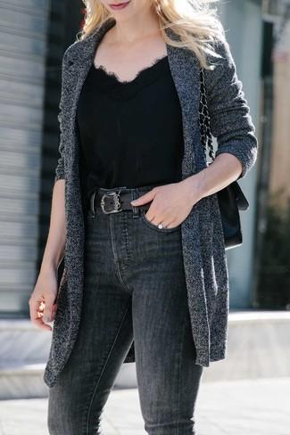 Cómo combinar: abrigo de punto en gris oscuro, camiseta sin manga de seda negra, vaqueros pitillo en gris oscuro, bolso de hombre de cuero negro
