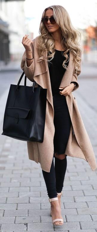 Para seguir las tendencias usa una ropa de abrigo y unos vaqueros pitillo desgastados negros. ¿Te sientes ingenioso? Dale el toque final a tu atuendo con sandalias de tacón de cuero beige.