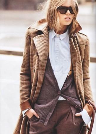 Look de moda: Abrigo de tartán marrón claro, Cárdigan en marrón oscuro, Camisa de vestir celeste, Pantalón de vestir marrón