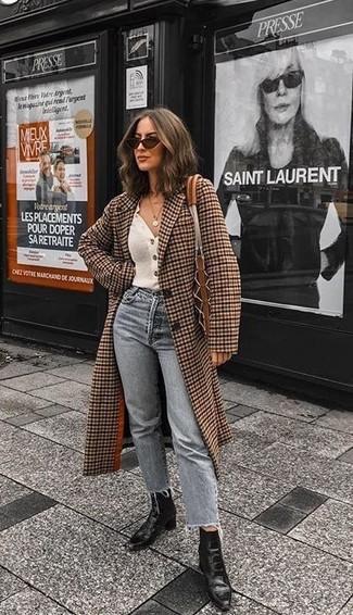 Cómo combinar: abrigo a cuadros marrón, cárdigan blanco, vaqueros grises, botines de cuero negros