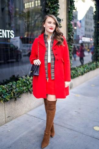 Cómo combinar: abrigo rojo, cazadora de aviador de tartán en verde y rojo, camisa de vestir blanca, minifalda roja
