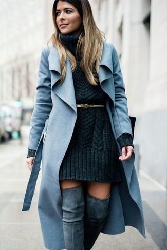 Cómo combinar: abrigo celeste, vestido jersey de punto en gris oscuro, botas sobre la rodilla de ante grises, correa de cuero dorada