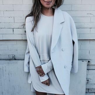Cómo combinar: abrigo celeste, vestido recto gris, pendientes plateados