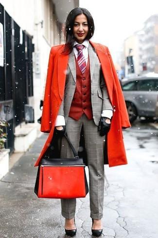 Cómo combinar: abrigo rojo, chaleco rojo, blazer de tartán gris, camisa de vestir blanca