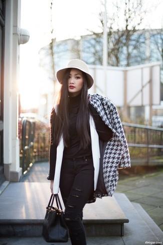 Cómo combinar un abrigo blanco: Ponte un abrigo blanco y unos vaqueros pitillo desgastados negros para conseguir una apariencia relajada pero chic.