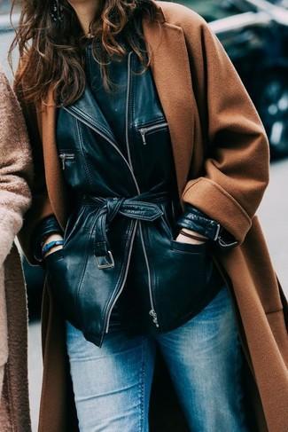 Emparejar una chaqueta y unos vaqueros azules es una opción cómoda para hacer diligencias en la ciudad.
