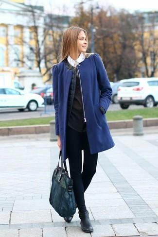 Cómo combinar unos leggings azul marino: Casa un abrigo azul con unos leggings azul marino y te verás como todo un bombón. Botines de cuero negros son una opción muy buena para complementar tu atuendo.