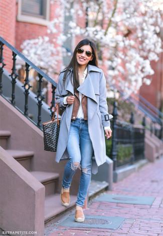 Cómo combinar: abrigo celeste, chaqueta motera de cuero marrón, camisa de vestir blanca, vaqueros pitillo desgastados azules