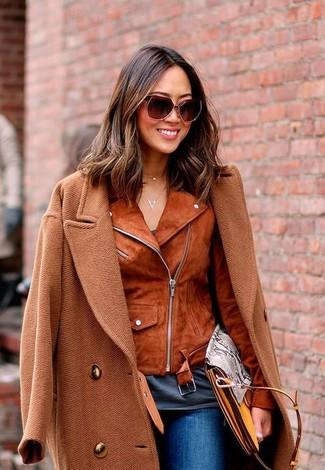 Cómo combinar unas gafas de sol burdeos: Un abrigo en tabaco y unas gafas de sol burdeos son una opción práctica para el fin de semana.