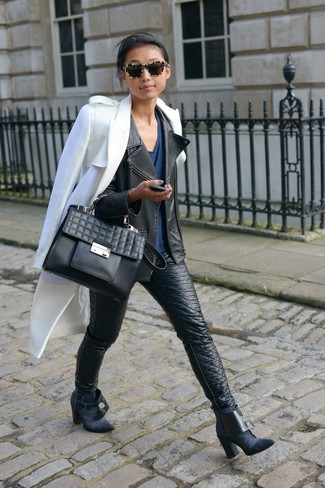 Cómo combinar: abrigo blanco, chaqueta motera de cuero negra, camiseta con cuello en v azul marino, vaqueros pitillo de cuero negros
